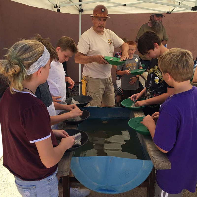 kids learn about mining at cave creek museum
